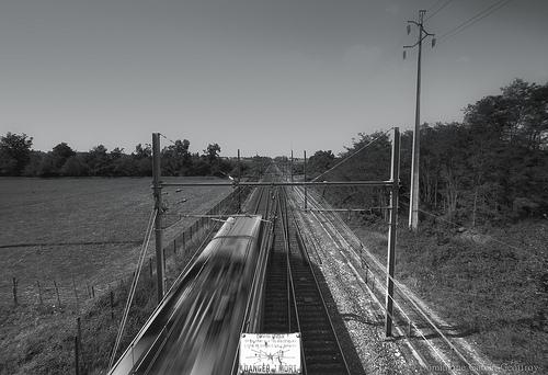 danger de mort train black and white photo bridge
